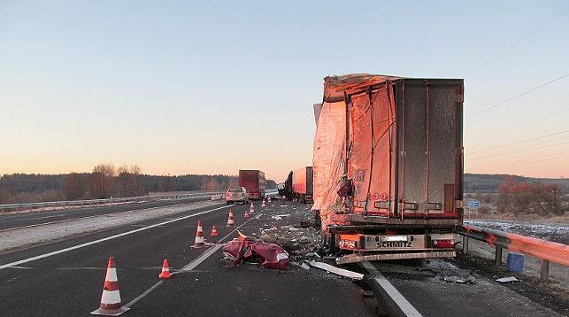 Водитель эвакуатора погиб в ДТП с двумя фурами на трассе М1