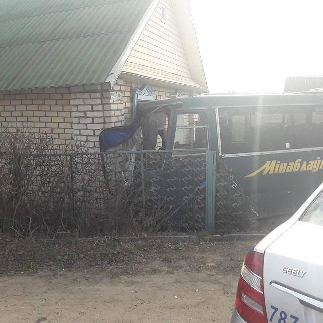 Фотофакт. Под Борисовом рейсовый автобус въехал в частный дом 1