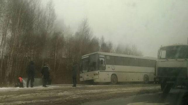 Появилось видео, как автобус снес световую опору на ул.Радужной