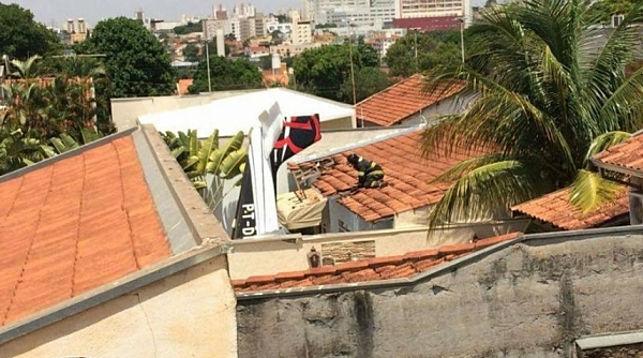 Три человека погибли при падении самолета на дом вБразилии