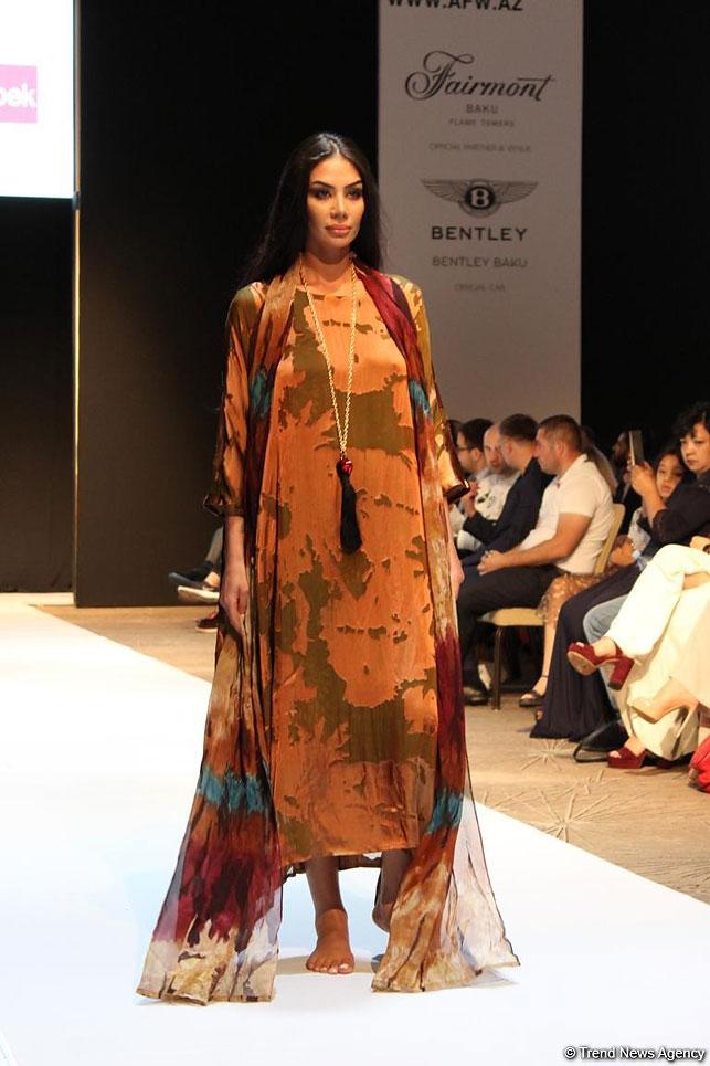 440ab49fc9d Азербайджанский дизайнер Jemma Aleksander представила стильные приталенные  женские брючные костюмы. Их преимущество в том