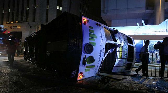 Вцентре Гонконга перевернулся трамвай: пострадали 14 человек