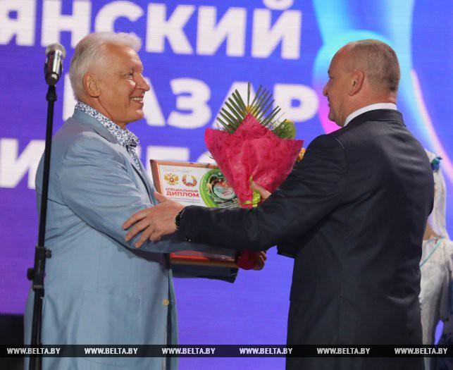 Заместитель государственного секретаря Союзного государства Николай Корбут вручает диплом Александру Морозову