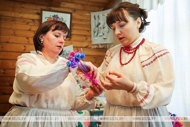 Точно пава: в Бездеже воссоздали технику плетения уникального свадебного венка