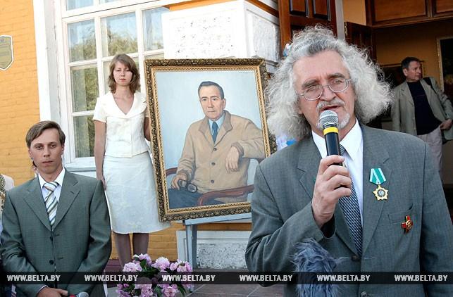 Владимир Прокопцов во время передачи картин для музеев Гомельщины, 2007 год