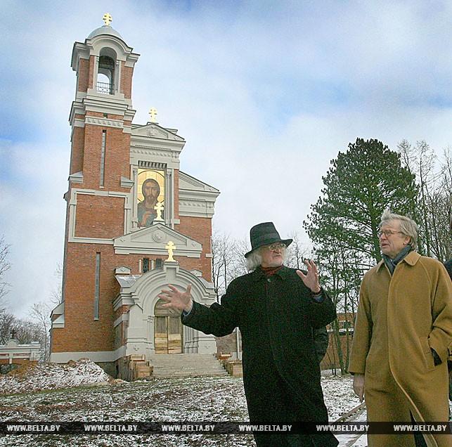 Директор Национального художественного музея Владимир Прокопцов знакомит Рене ван дер Линдена с Мирским замком, 2007 год