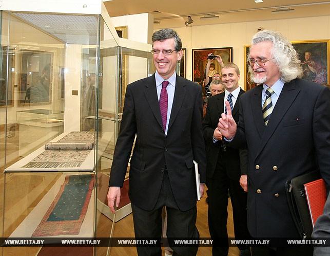 Генеральный директор Лувра Анри Луарет, директор Национального художественного музея Беларуси Владимир Прокопцов у стенда со слуцкими поясами, 2009 год