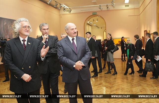 Александр Лукашенко во время посещения Национального художественного музея, 2010 год