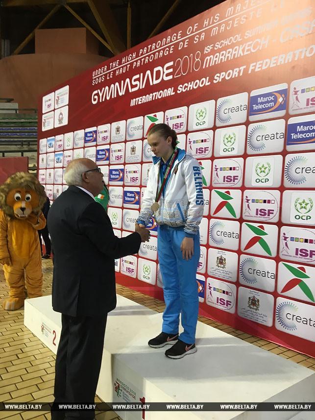 Награждение Анастасии Васкевич, золотая медаль на дистанции 200 м комплексным плаванием