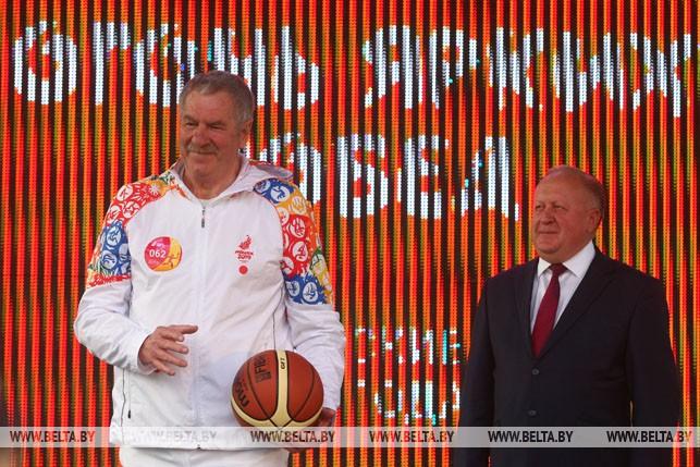 Баскетболист Иван Едешко и заместитель председателя Гродненского облисполкома Виктор Лискович