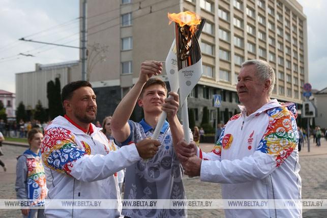 Чемпион мира, призер олимпийских игр по метанию молота Иван Тихон принимает эстафету от Ивана Едешко