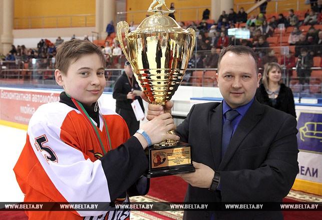 Заместитель председателя Оршанского райисполкома Олег Смирновский вручает главный приз турнира капитану команды