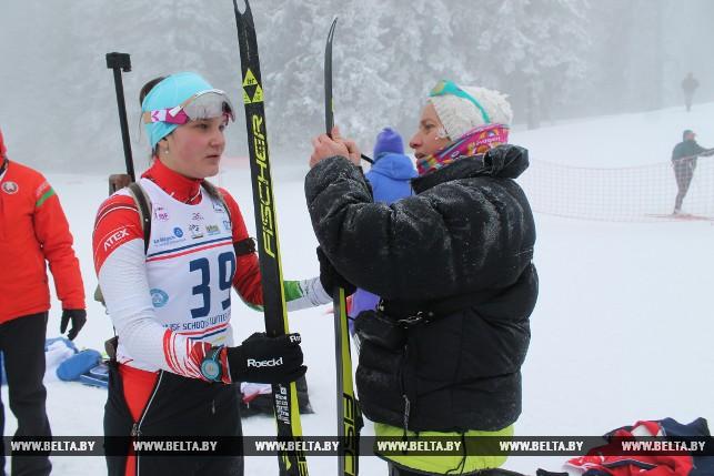 Белорусская биатлонистка Карина Ануфриенко готовится к старту (спринт)