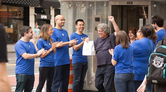 ВНью-Йорке люди встали вочередь вподдельный магазин Apple