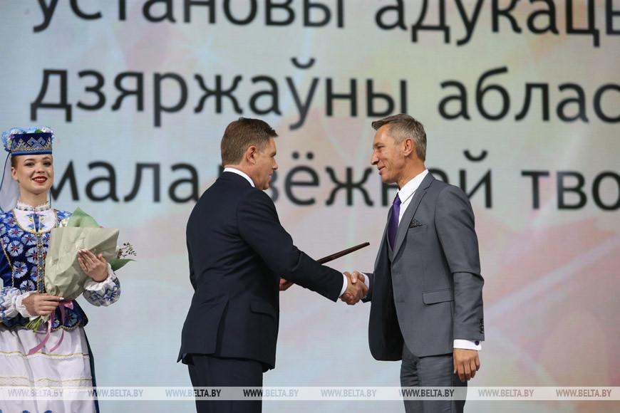Заместитель премьер-министра Игорь Петришенко награждает Валерия Султанова
