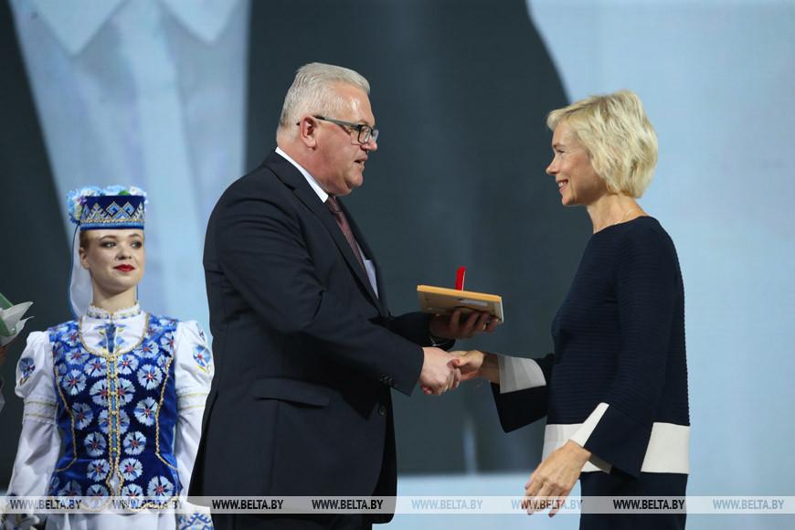 Министр образования Игорь Карпенко награждает Таисию Каняхину