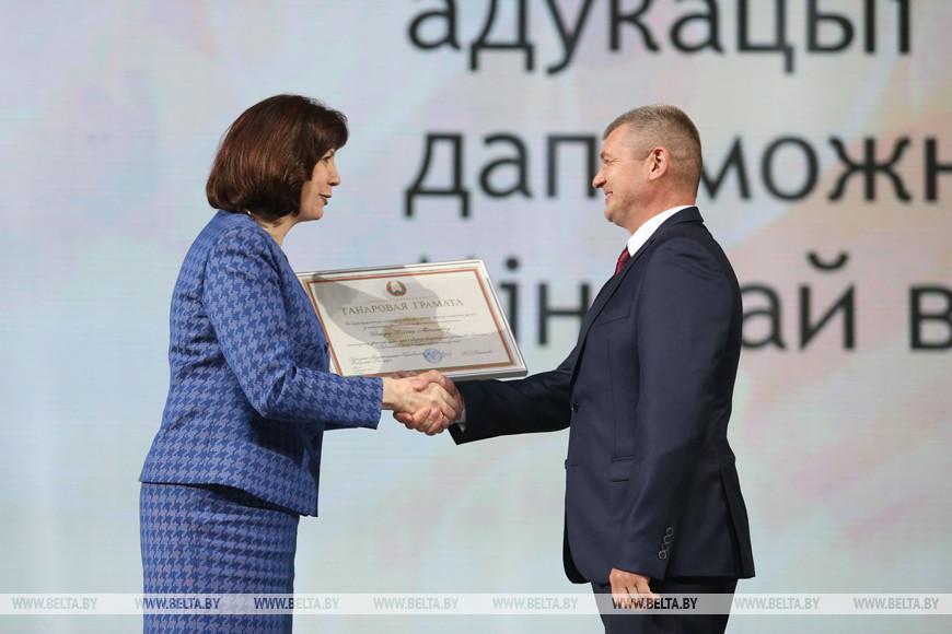Наталья Кочанова награждает Дениса Шакура