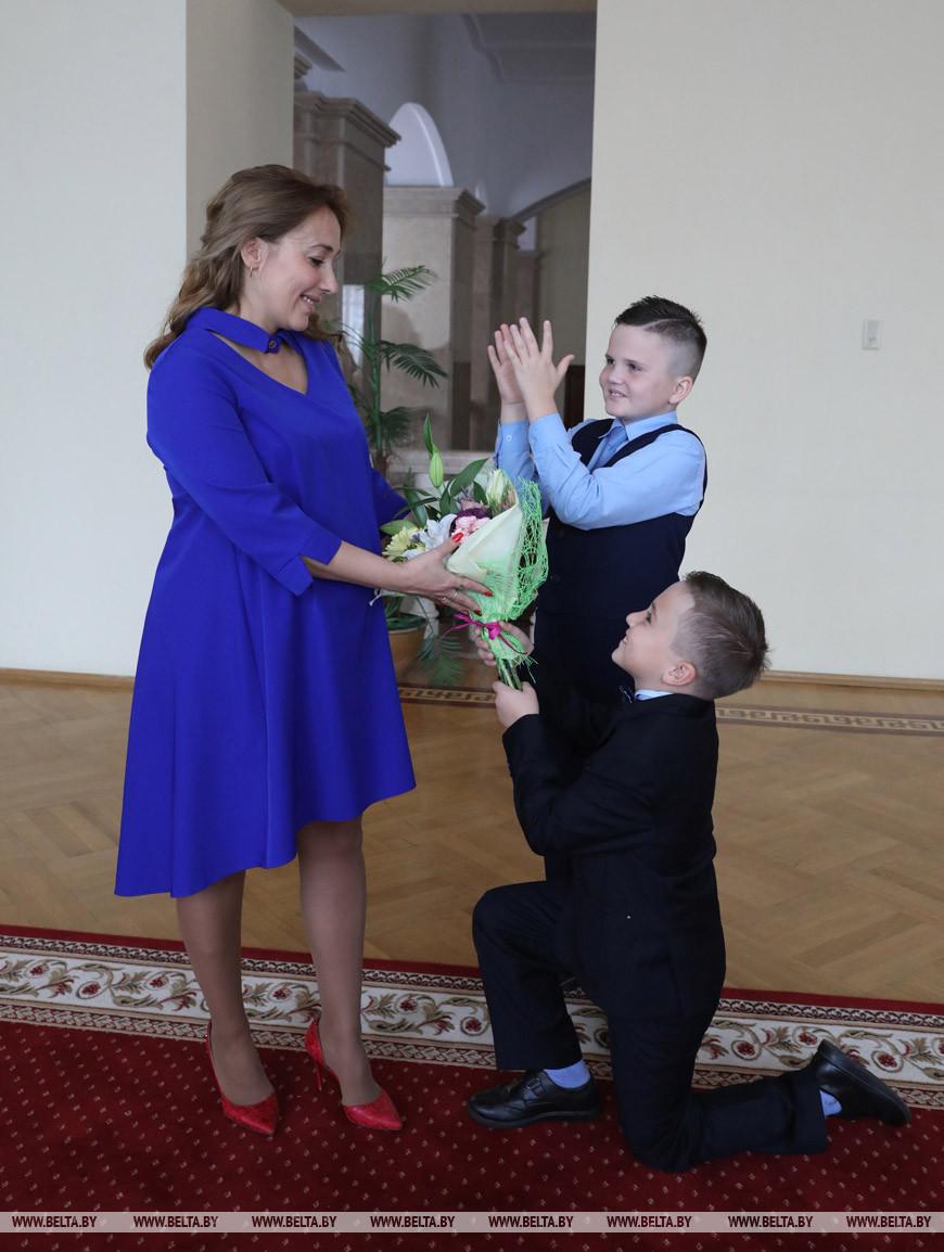 Аделя Едикарова с сыновьями Тимуром и Эльдаром