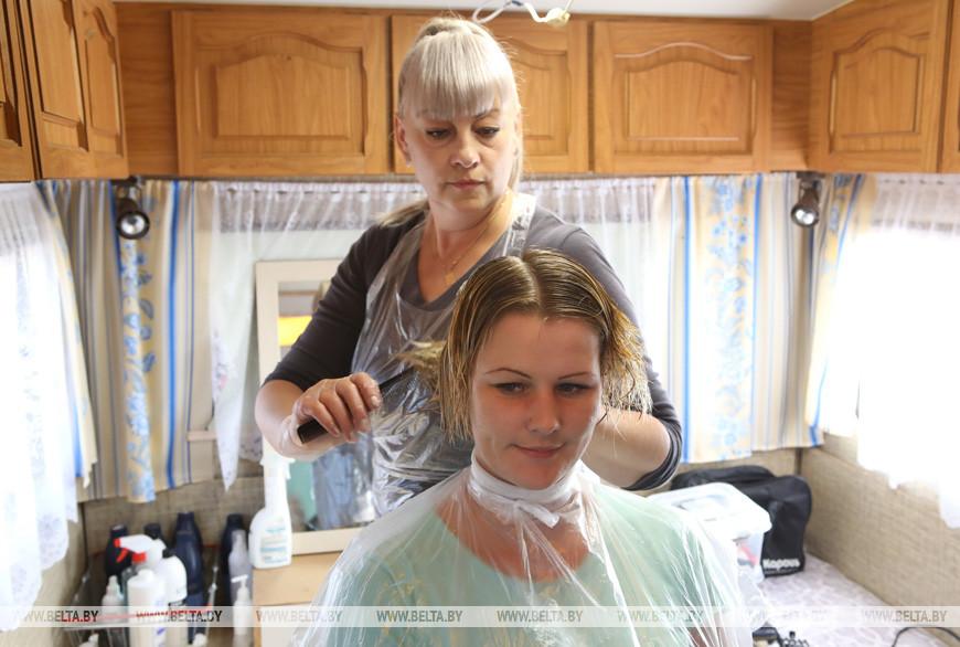 девушки на работе в парикмахерской