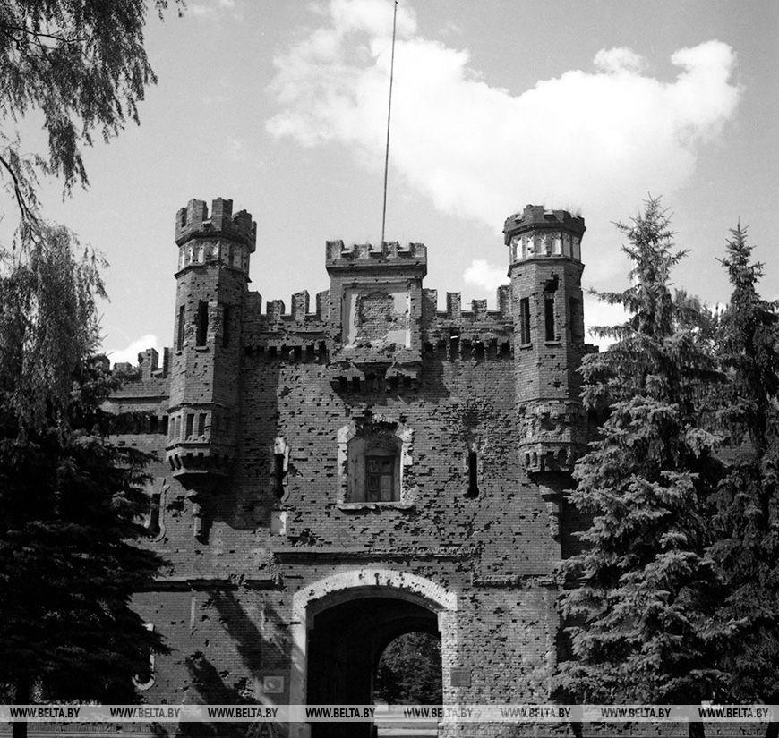 Брестская фортеця.  Холмські ворота, червень 1992 року