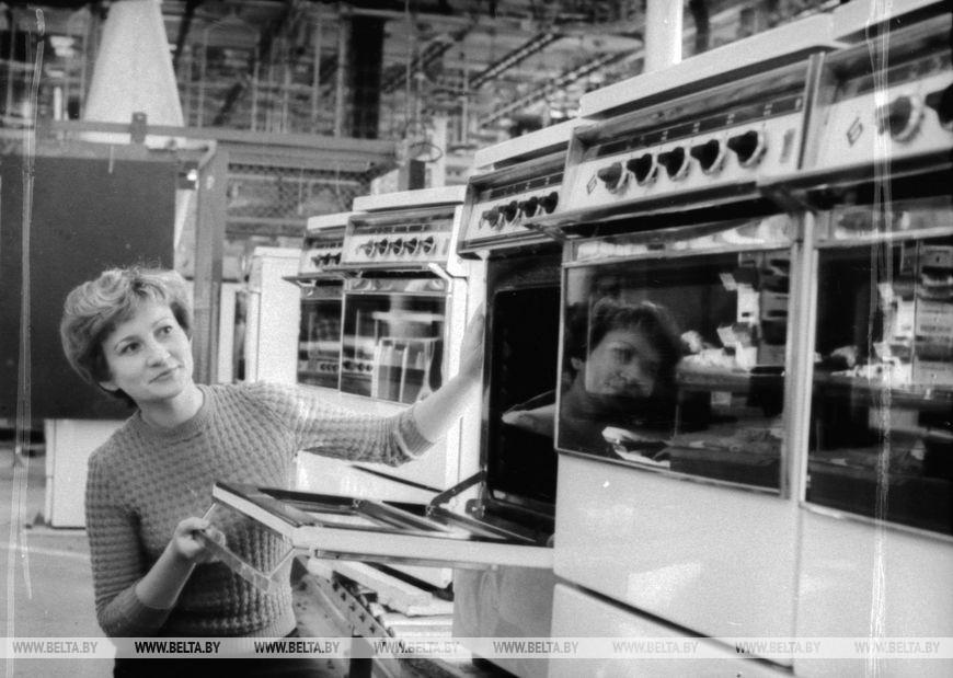 """Брестський завод """"Газоапарат"""" почав випуск газових плит нової конструкції, листопад 1978 року"""