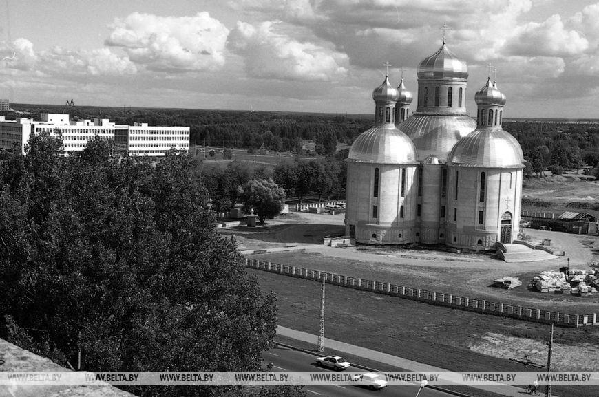 """Свято-Воскресенський храм, побудований в мікрорайоні """"Схід"""", серпень 1999 року"""