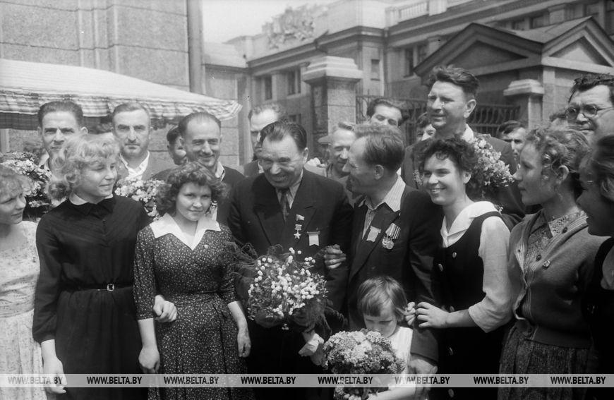 Один з організаторів і керівників оборони Брестської фортеці Герой Радянського Союзу П.М.  Гаврилов розмовляє з жителями Бреста, червень 1961 року