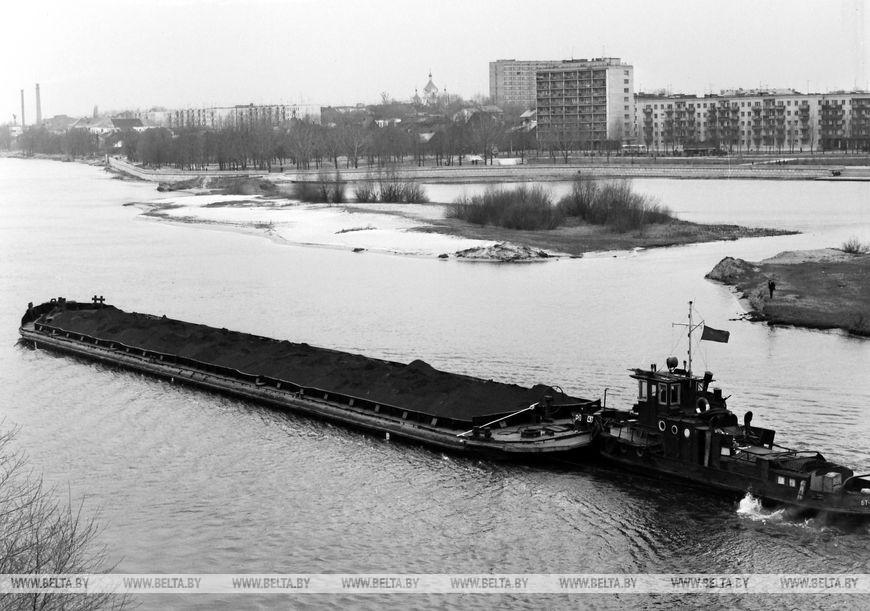 Баржа з рудою прибуває в Брестський річковий порт, квітень 1973 року