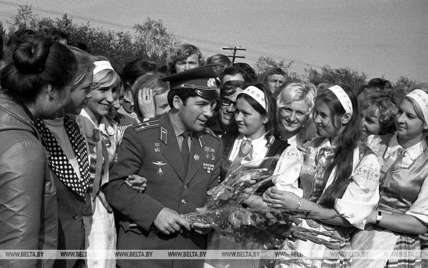 Льотчик-космонавт СРСР, двічі Герой Радянського Союзу Петро Климук з молоддю Бреста, вересень 1975 року