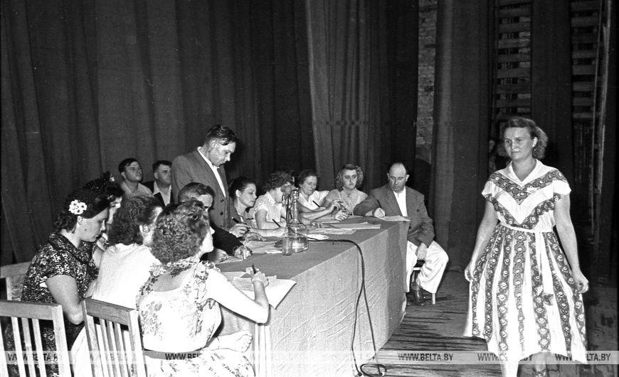 Журі переглядає фасони суконь на сцені театру, червень 1957 року