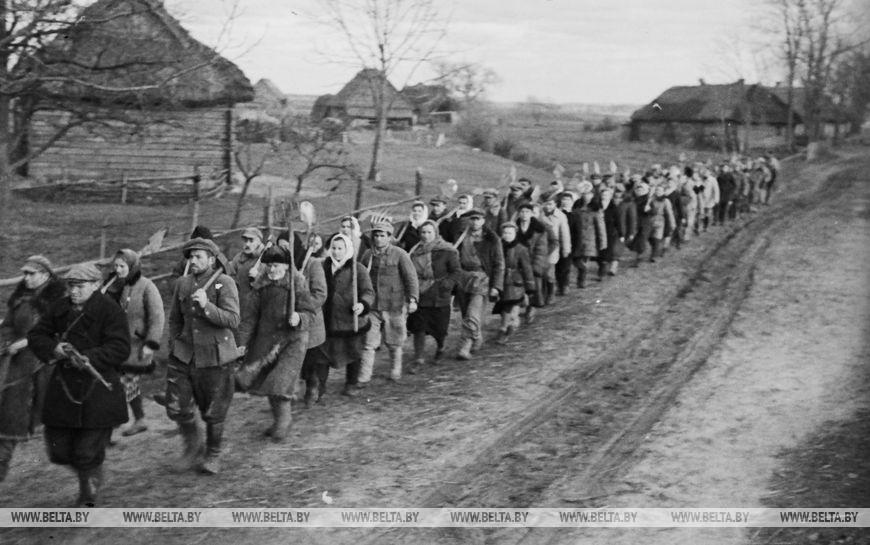 Селяни села Грушево йдуть рити рови на шосе Брест-Москва, грудень 1943 року