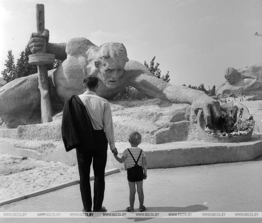 """Брестська фортеця - герой.  Скульптура """"Спрага"""", вересень 1971 року"""
