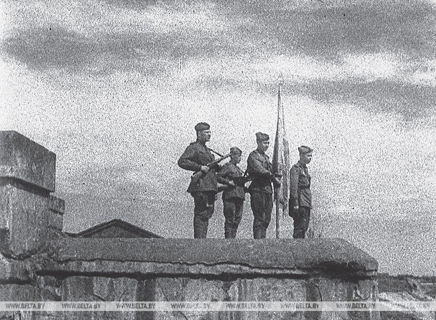 Встановлення прапора над Брестської фортецею, 1944 рік