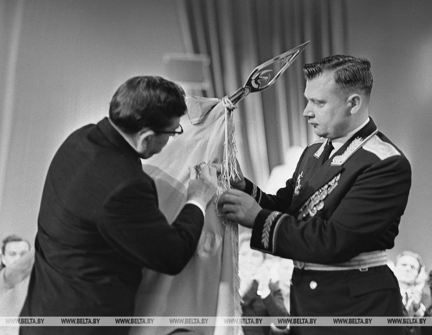 """1 листопада 1965 року член Президії ЦК КПРС К.Т.Мазуров прикріпив до прапора фортеці орден Леніна і медаль """"Золота зірка"""", листопад 1965 року"""