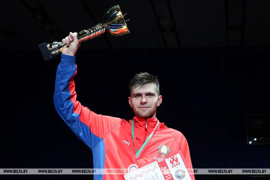 Победитель соревнований в сабле у мужчин Кирилл Кирпичев
