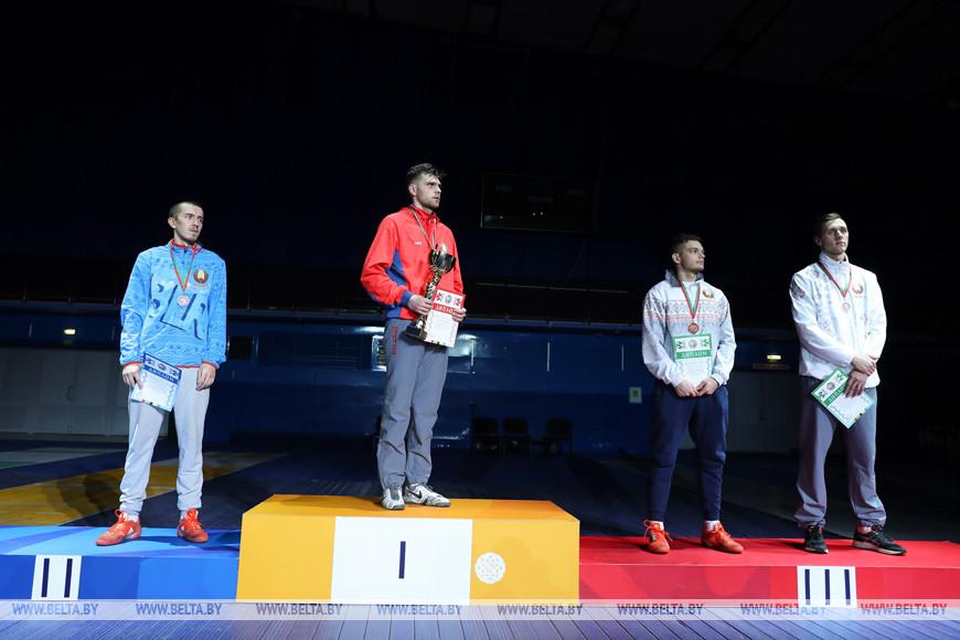 Финалисты в соревнованиях в сабле у мужчин во время награждения