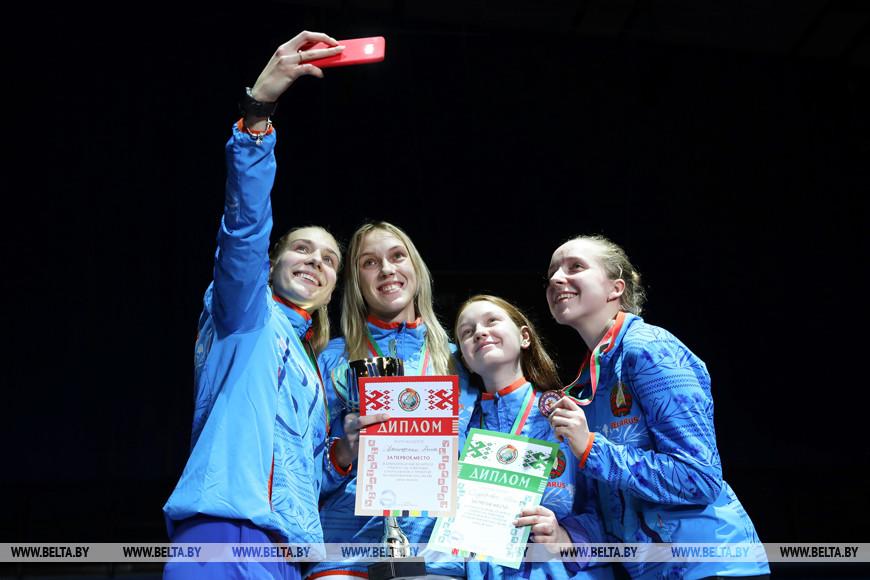 Финалисты в соревнованиях в сабле у женщин во время награждения
