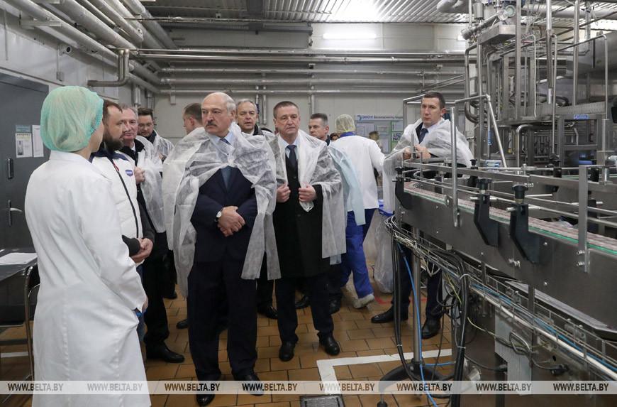 "Александр Лукашенко во время посещения производства ""Данон Шклов"""