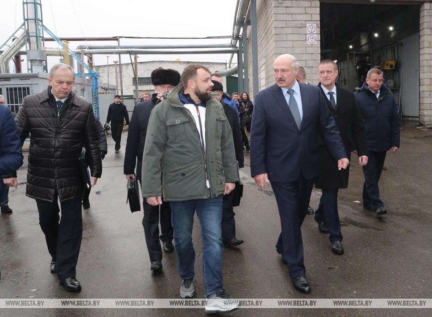 Александр Лукашенко во время посещения шкловских предприятий