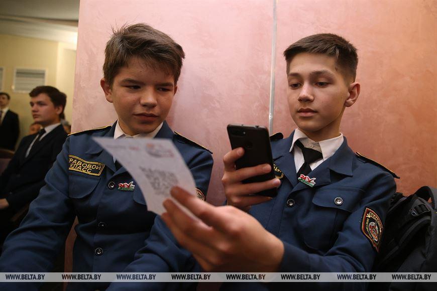 Ученики правового класа СШ №13 г. Гродно Артур Новицкий и Матвей Боярчик сканируют QR-код #Движение ВПЕРЕД