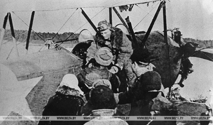 Отправка детей на Большую землю с партизанского аэродрома, 1944 год