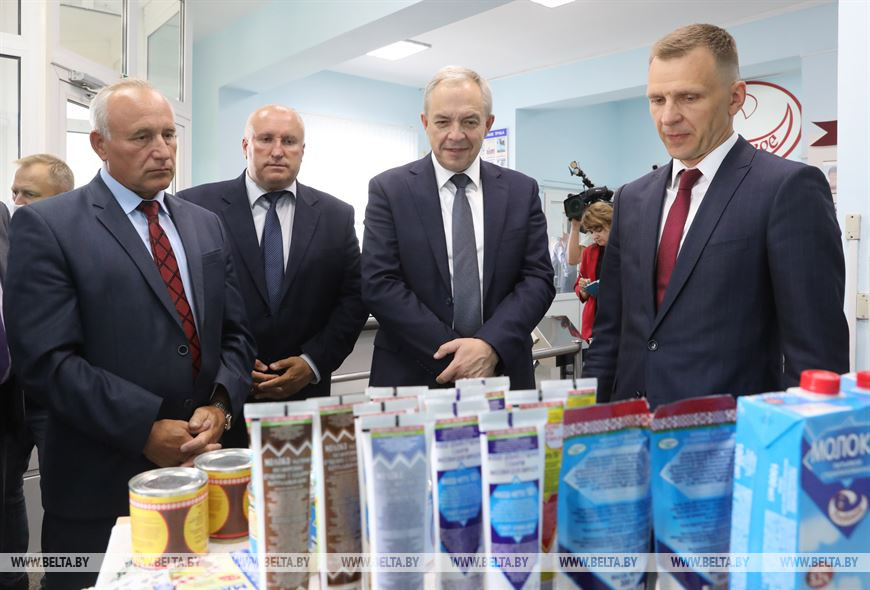 Игорь Сергеенко во время посещения предприятия