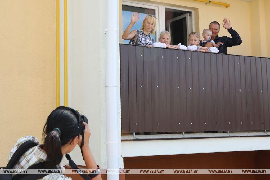Новоселы Дмитрий и Светлана Козловы и их дети Алина, Сергей и Даниил