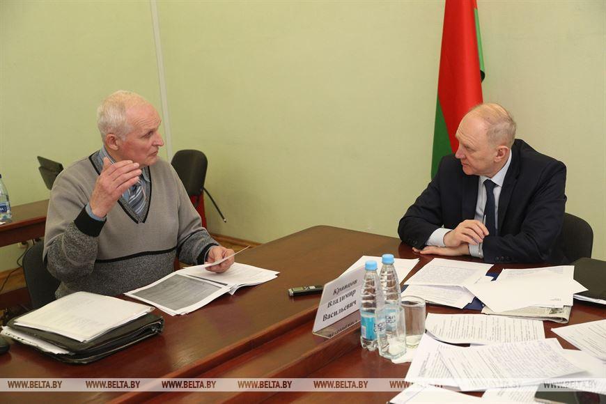 Анатолий Казусь и председатель Гродненского облисполкома Владимир Кравцов во время приема граждан