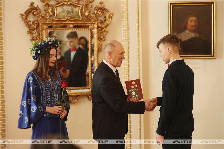 Владимир Кравцов вручает паспорт Тимофею Войтка