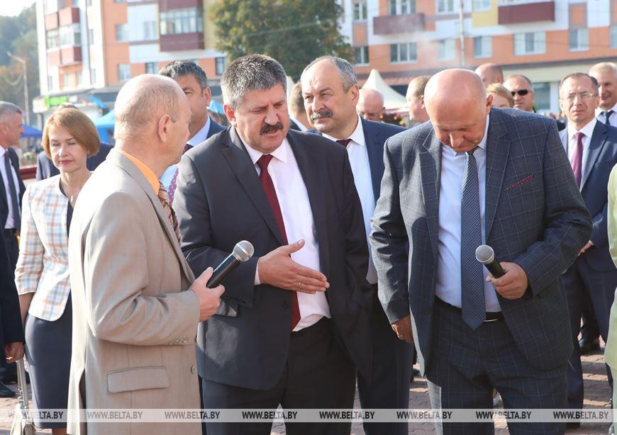 Председатель Гомельского облисполкома Геннадий Соловей во время осмотра сельскохозяйственной выставки