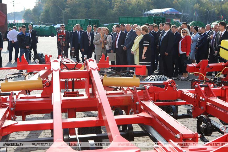 Во время осмотра сельскохозяйственной выставки