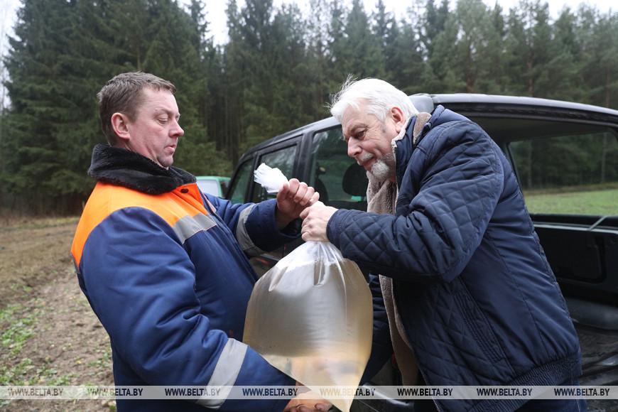 Лесник Бердовского лесничества Виктор Рушлевич и первый покупатель Виктор Валюкевич