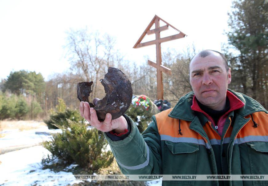 Монтажник Геннадий Филипенко с чугунком из сожженной деревни