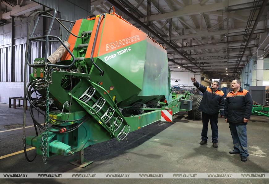 Слесари по ремонту сельхозмашин Алексей Скобелев и Алексей Шергунов за ремонтом импортной 12-метровой сеялки